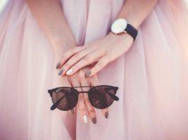 Frau trägt wieder Uhr